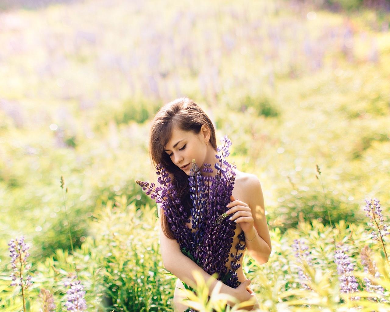 девушка, на природе, трава, цветы, красивая, одетая в цветы, длинные волосы, закрытые глаза