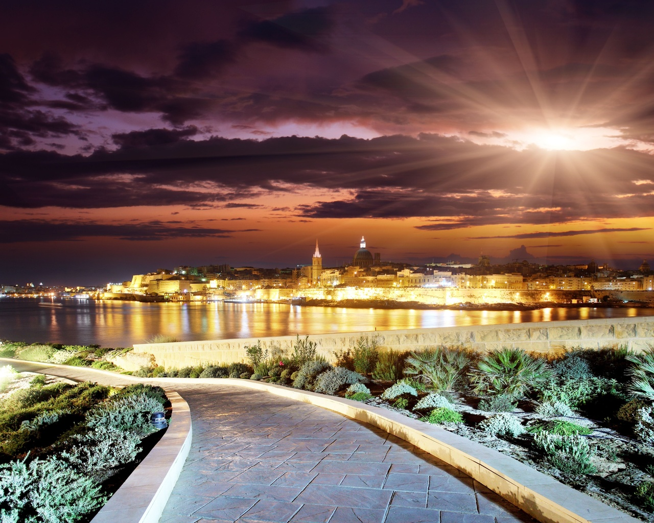 город, здания, вечер, закат, небо, облака, солнце, дорожка, вода, лучи