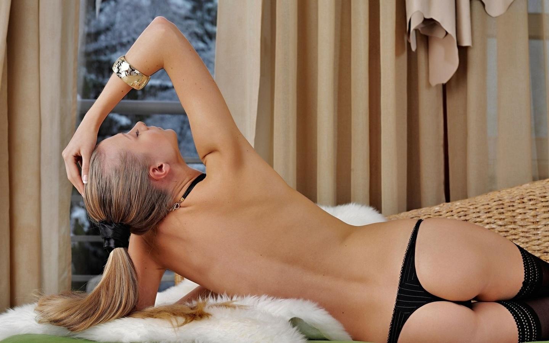 трусики, шторка, мех, блондинка, зима, сумерки, спина, девушка, поза, окно, чулки, длинноволосая, браслет обои на рабочий стол