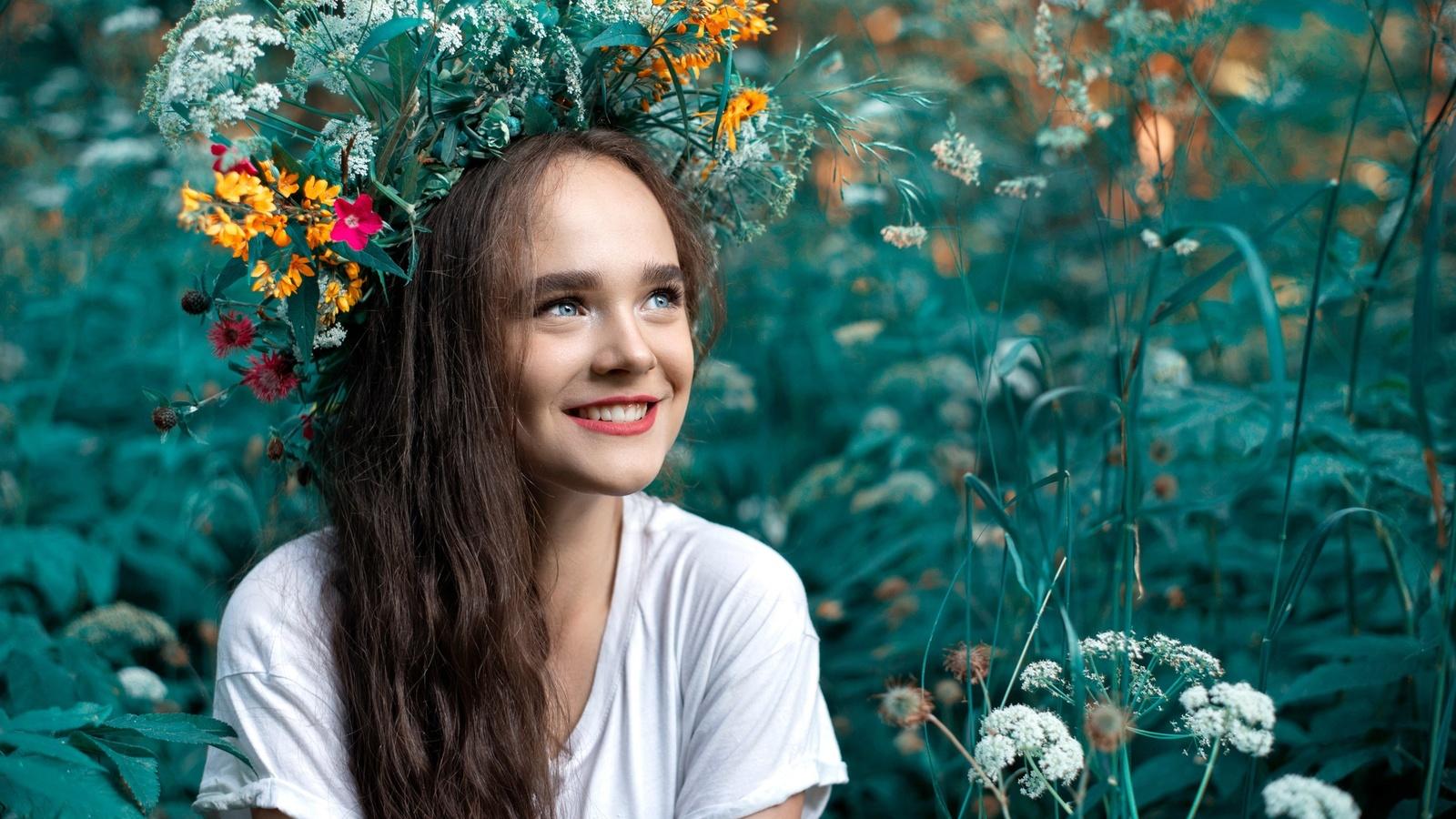 девушка, длинные волосы, настроение, на природе, высокая трава, цветы, улыбка, взгляд, венок, лето