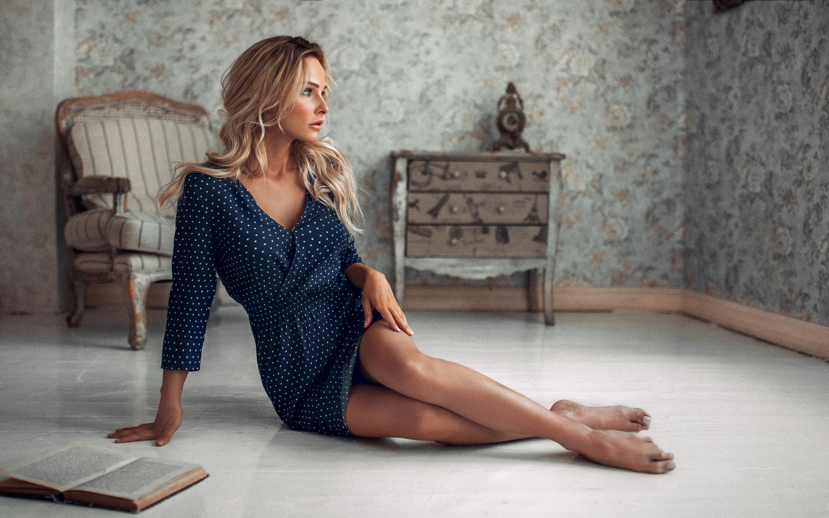 alexey slesarev, девушка, блондинка, платье, комната, комод, кресло, книга