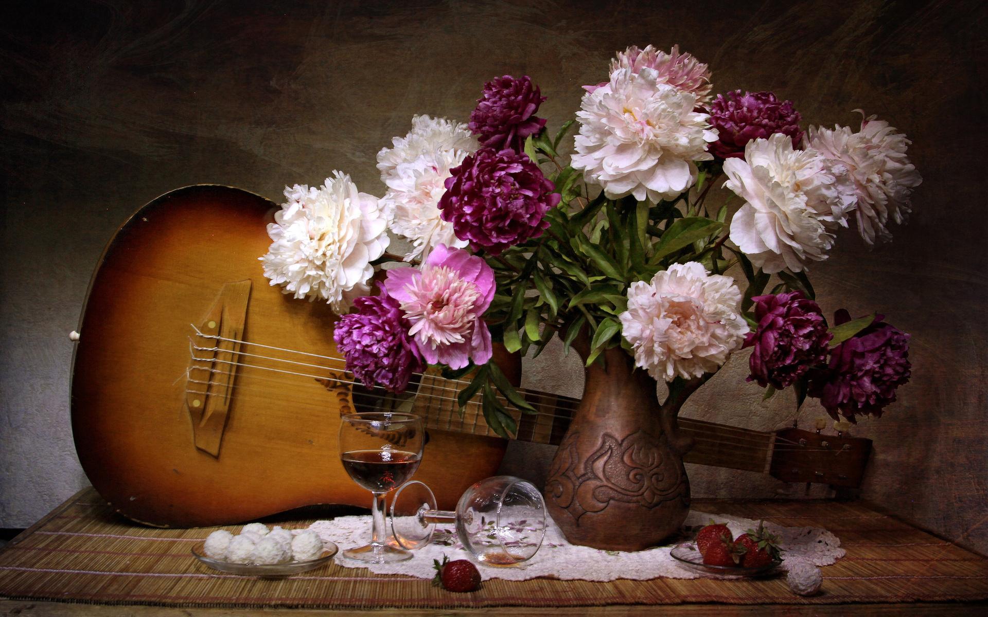 салфетка, ваза, цветы, пионы, натюрморт, гитара, бокалы, блюдце, ягоды, клубника