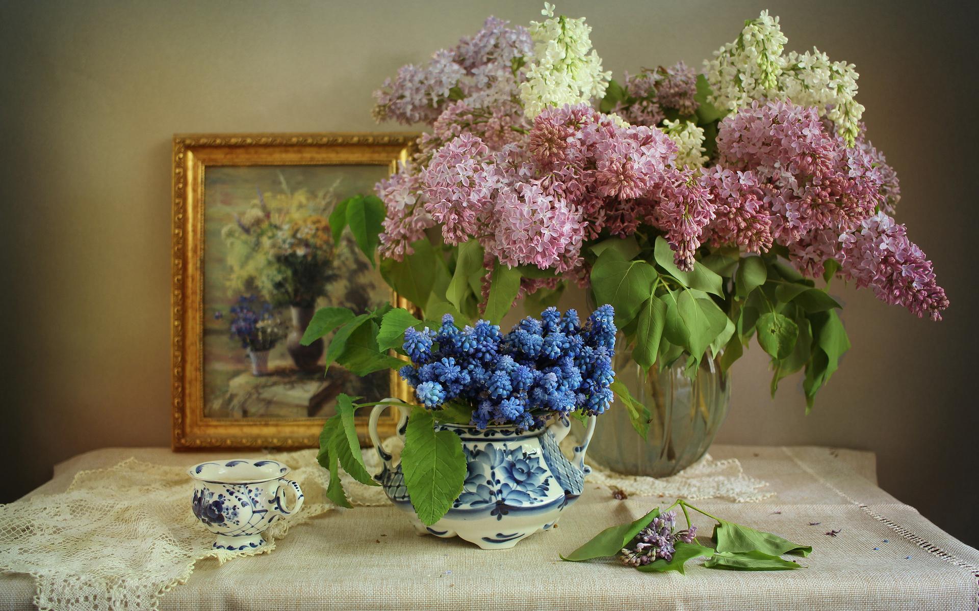 салфетки, ваза, ветки, цветы, сирень, мускари, чашка, картина