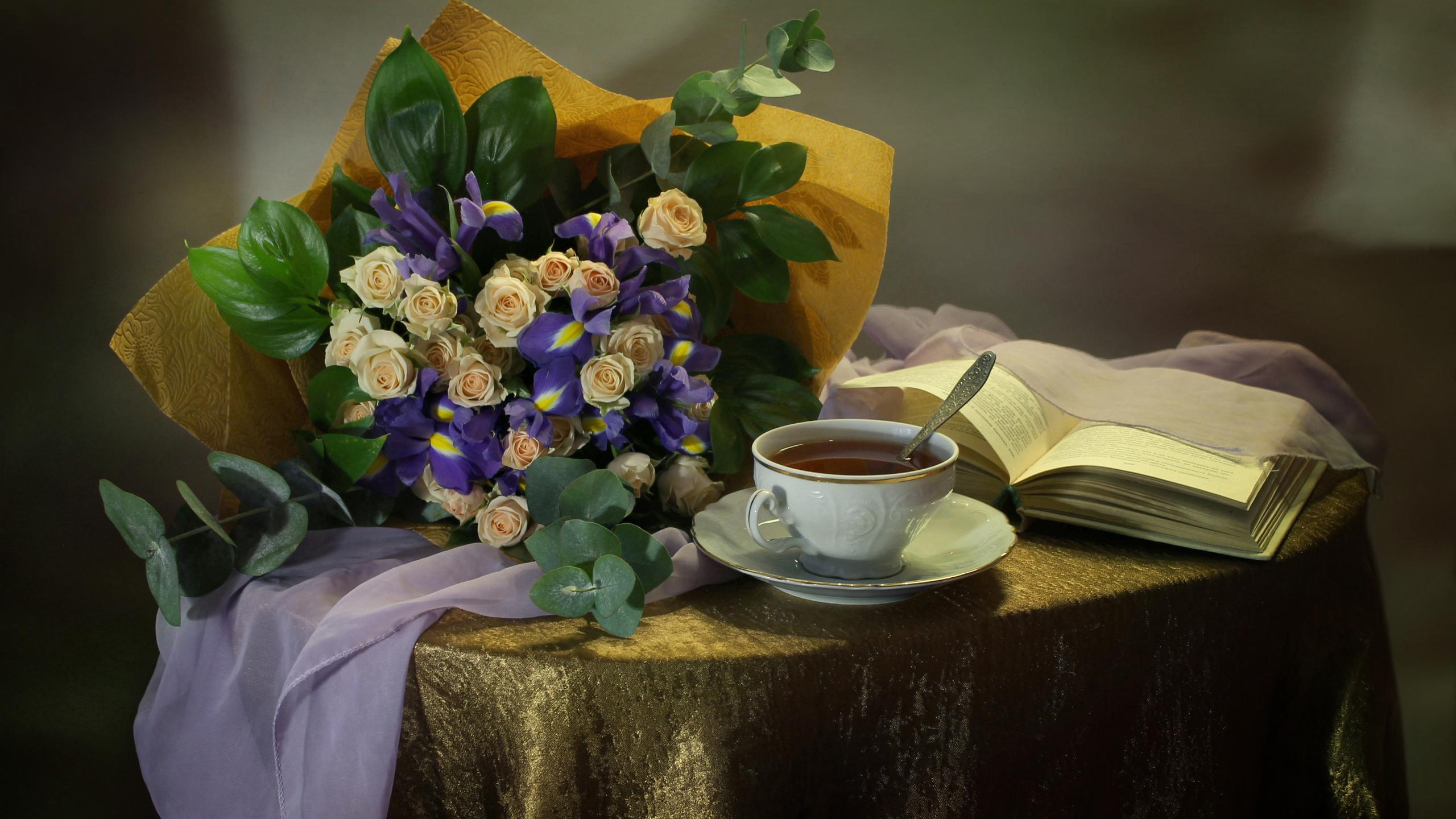 стол, покрывало, натюрморт, цветы, розы, ирисы, платок, книга, чашка