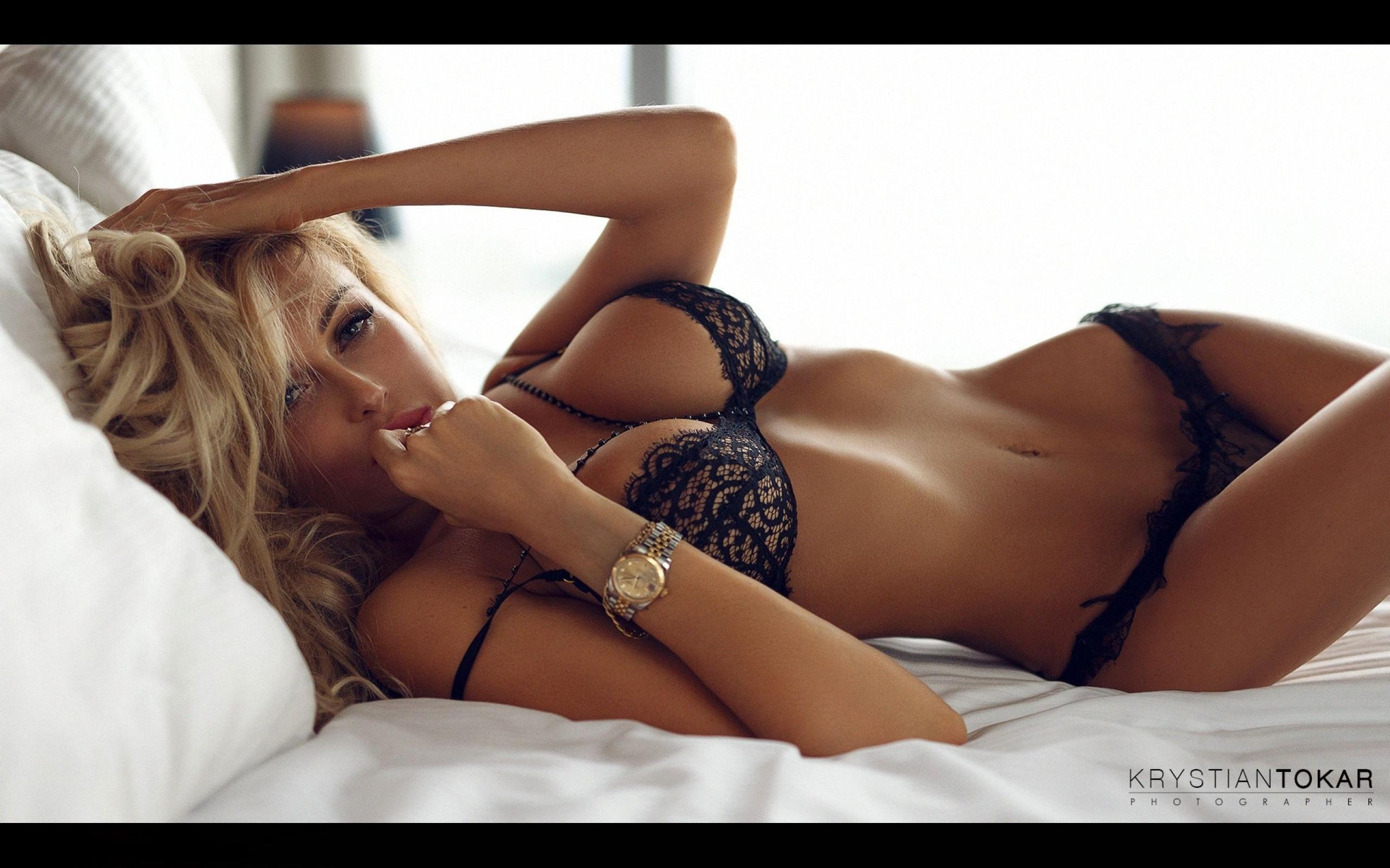 Девушки в красивом нижнем белье в кровати блондинки 6