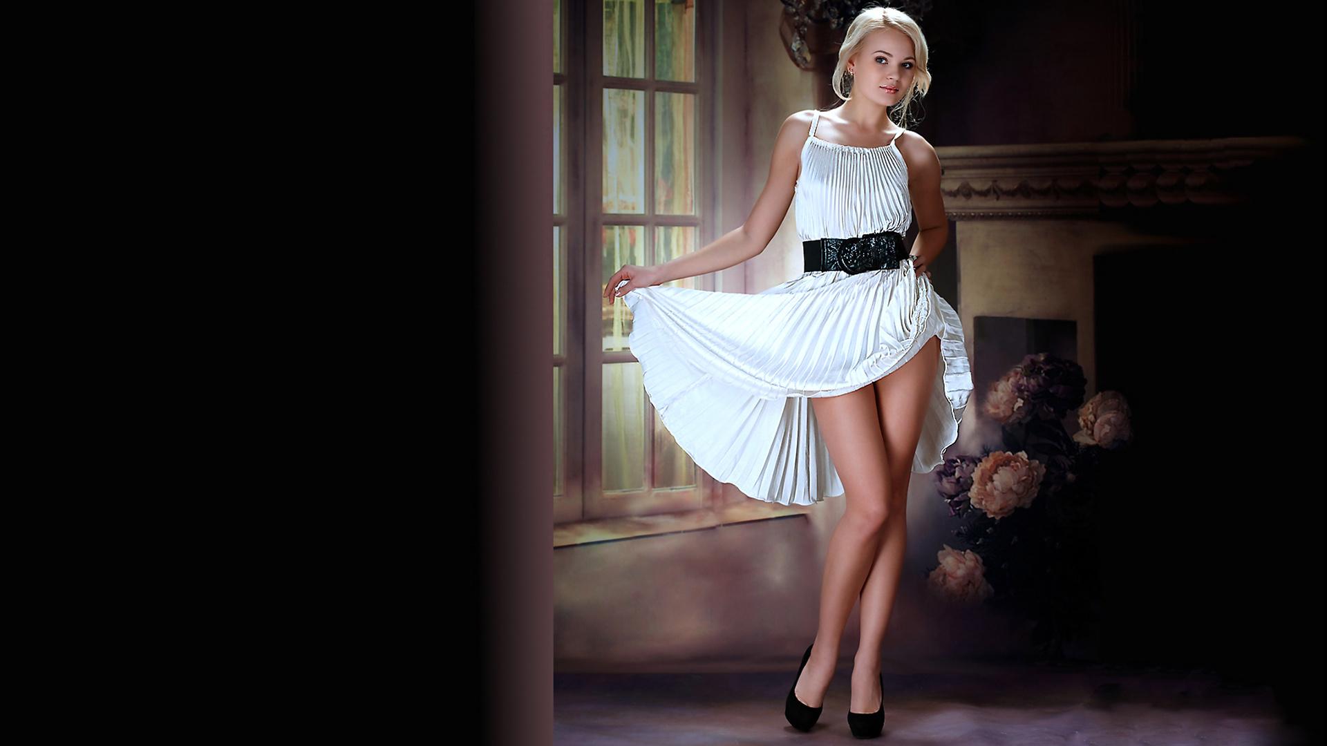 блондинку в белом платье раком