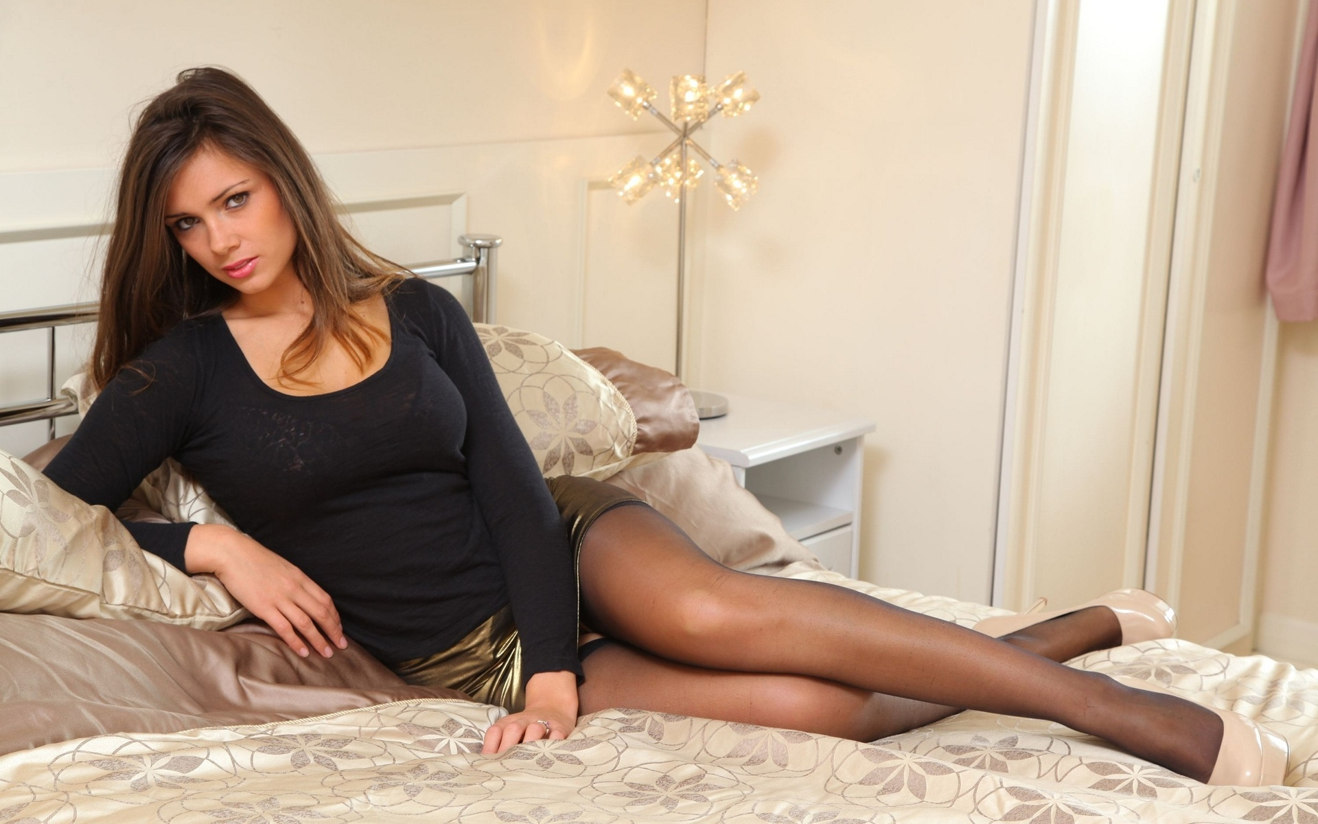 приличная девушка сидит на диване в короткой юбке материалы