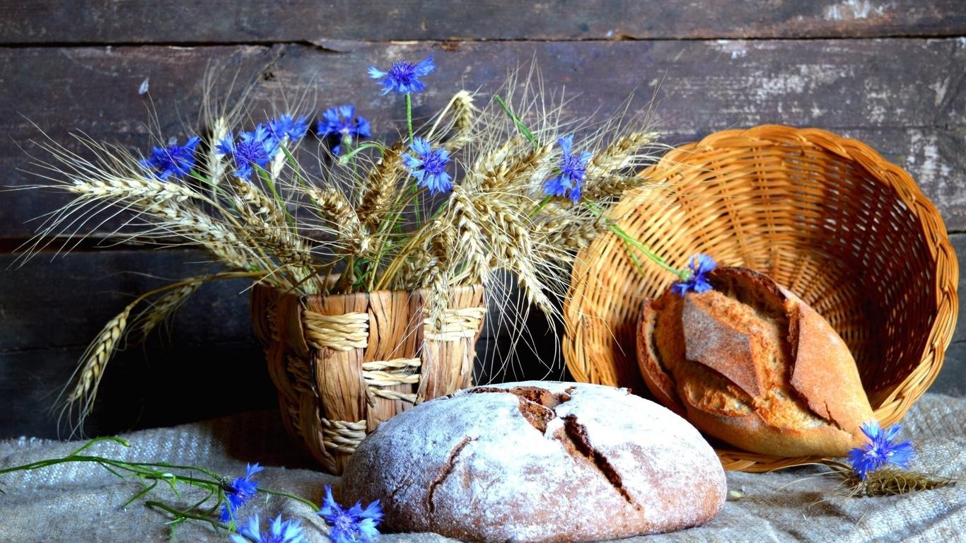 натюрморт, доски, цветы, васильки, корзинка, хлеб, ткань, мешковина, колосья