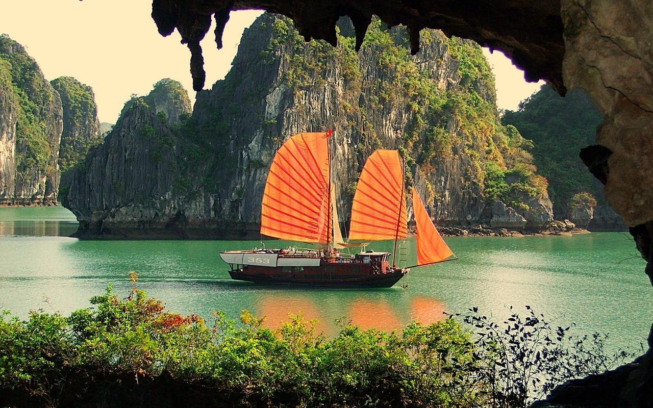 пещера, вода, горы, парус, грот,скалы,кустарник,зелень,судно,берег,камни