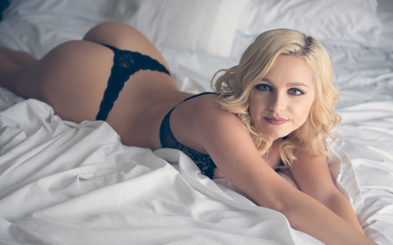 women, blonde, nude, in bed, smiling, ass, brunette, lying on front, black lingerie, девушка, блондинка, взгляд, макияж, фигурка, нижнее белье, попка