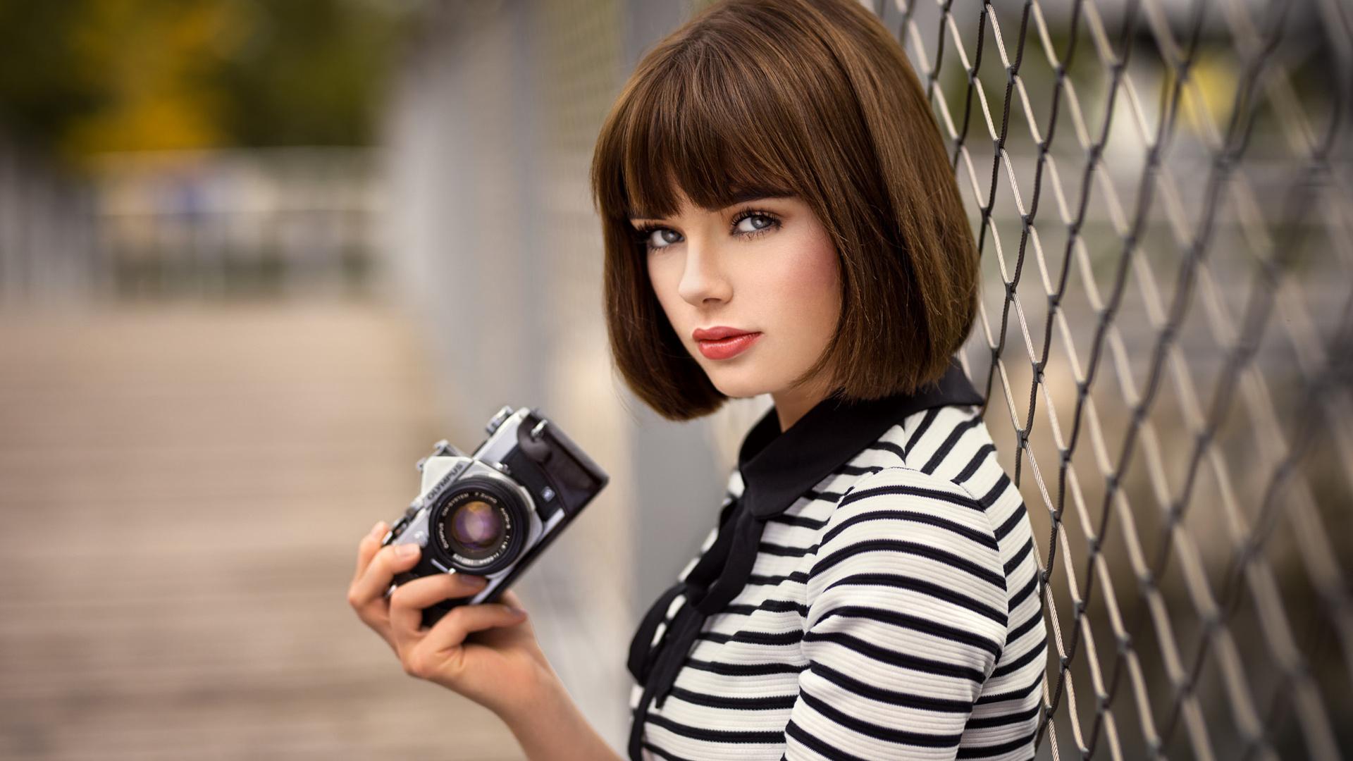 молодые модные фотографы любителей барбекю активного