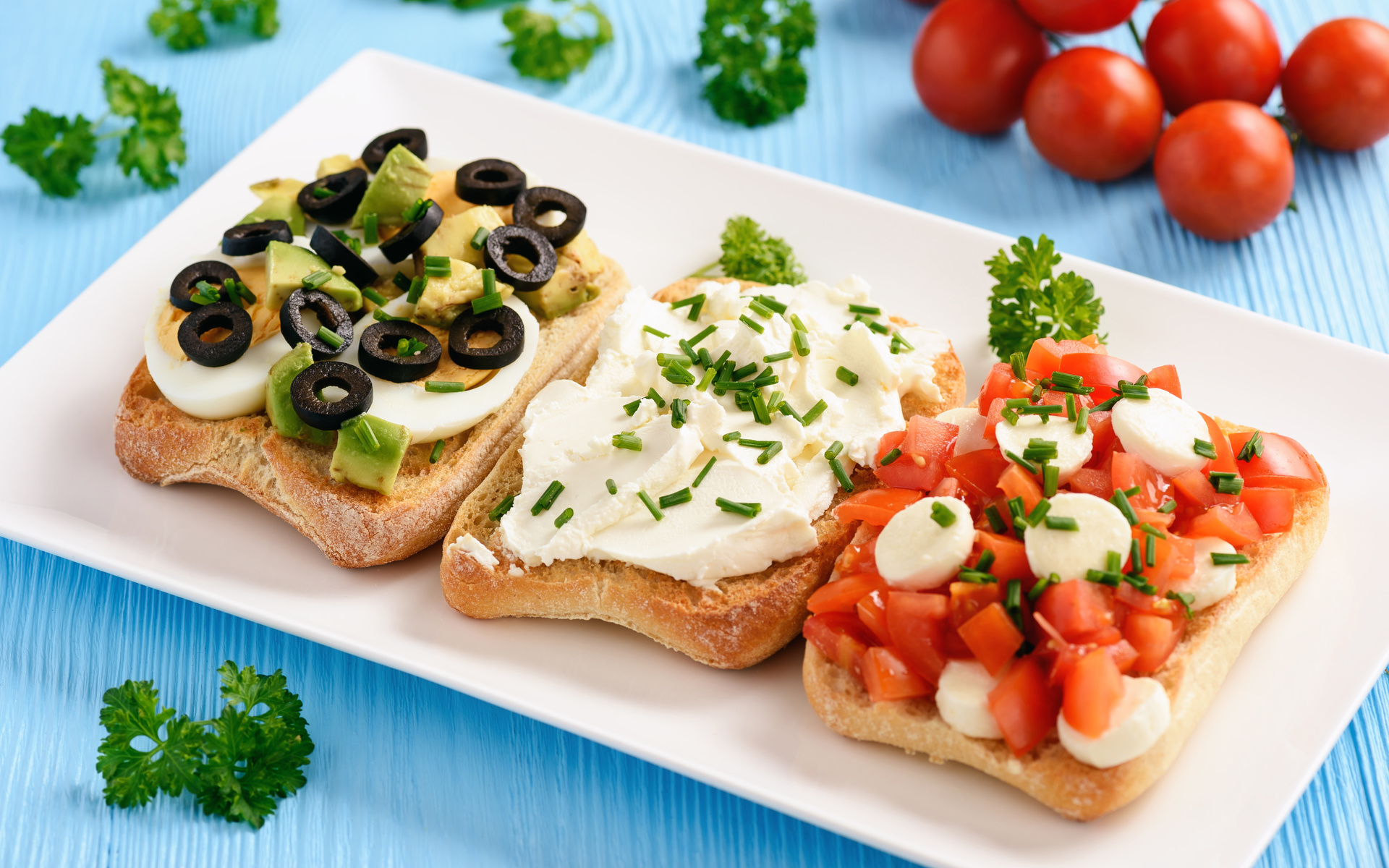 три, аппетитных, бутерброда, на столе, с помидорами и петрушкой