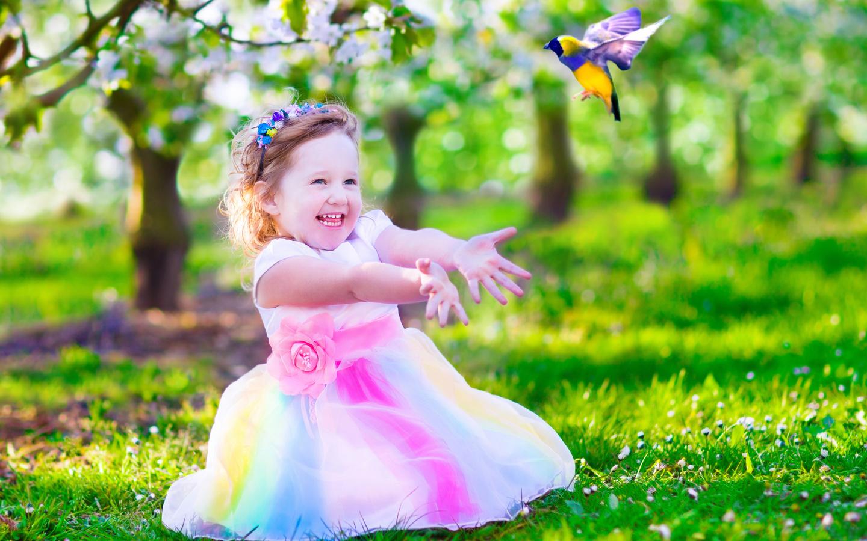 ребёнок, девочка, малышка, платье, ободок, радость, природа, лето, трава, лужайка, птичка