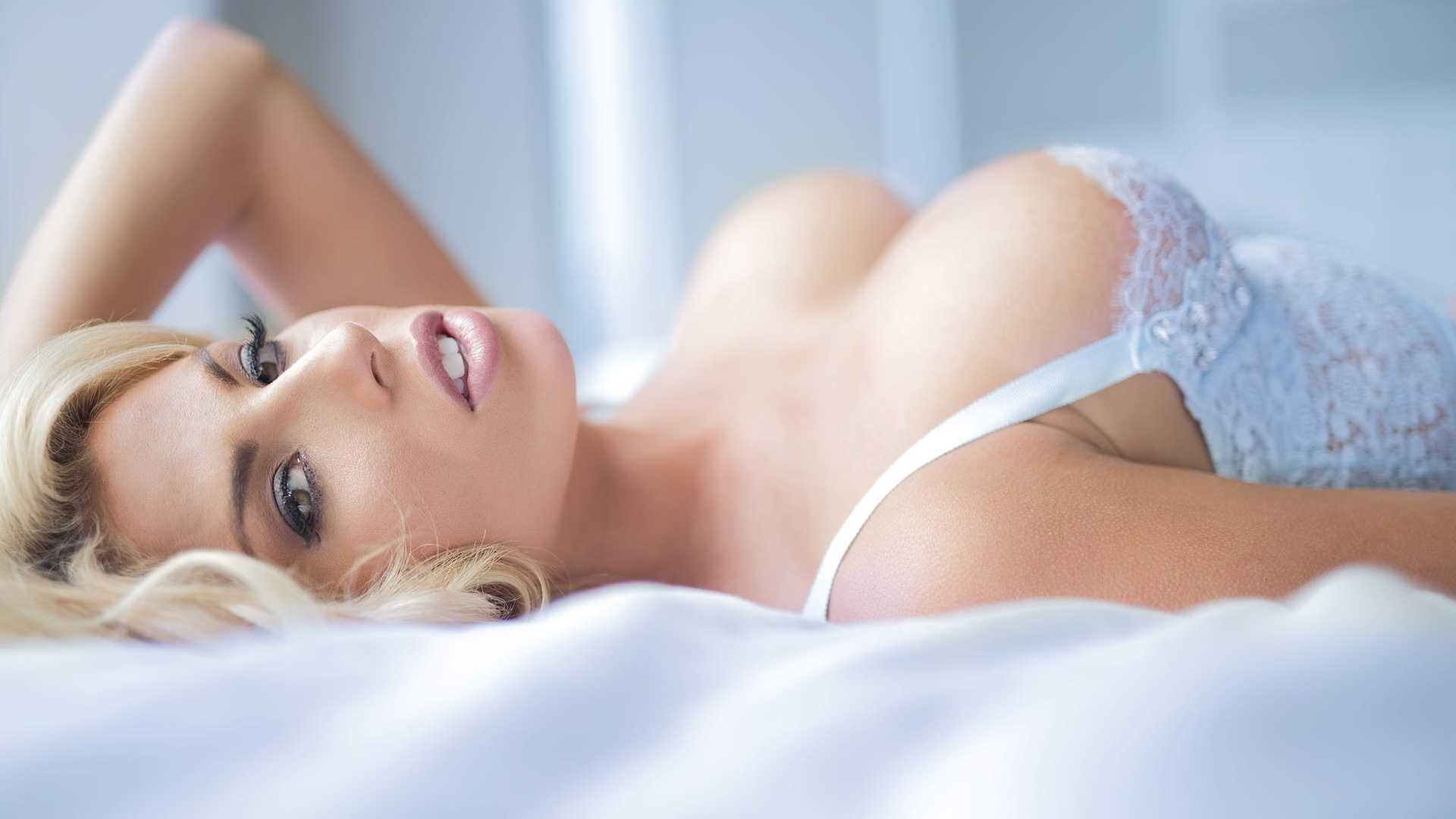 Женщины блондинки бюст