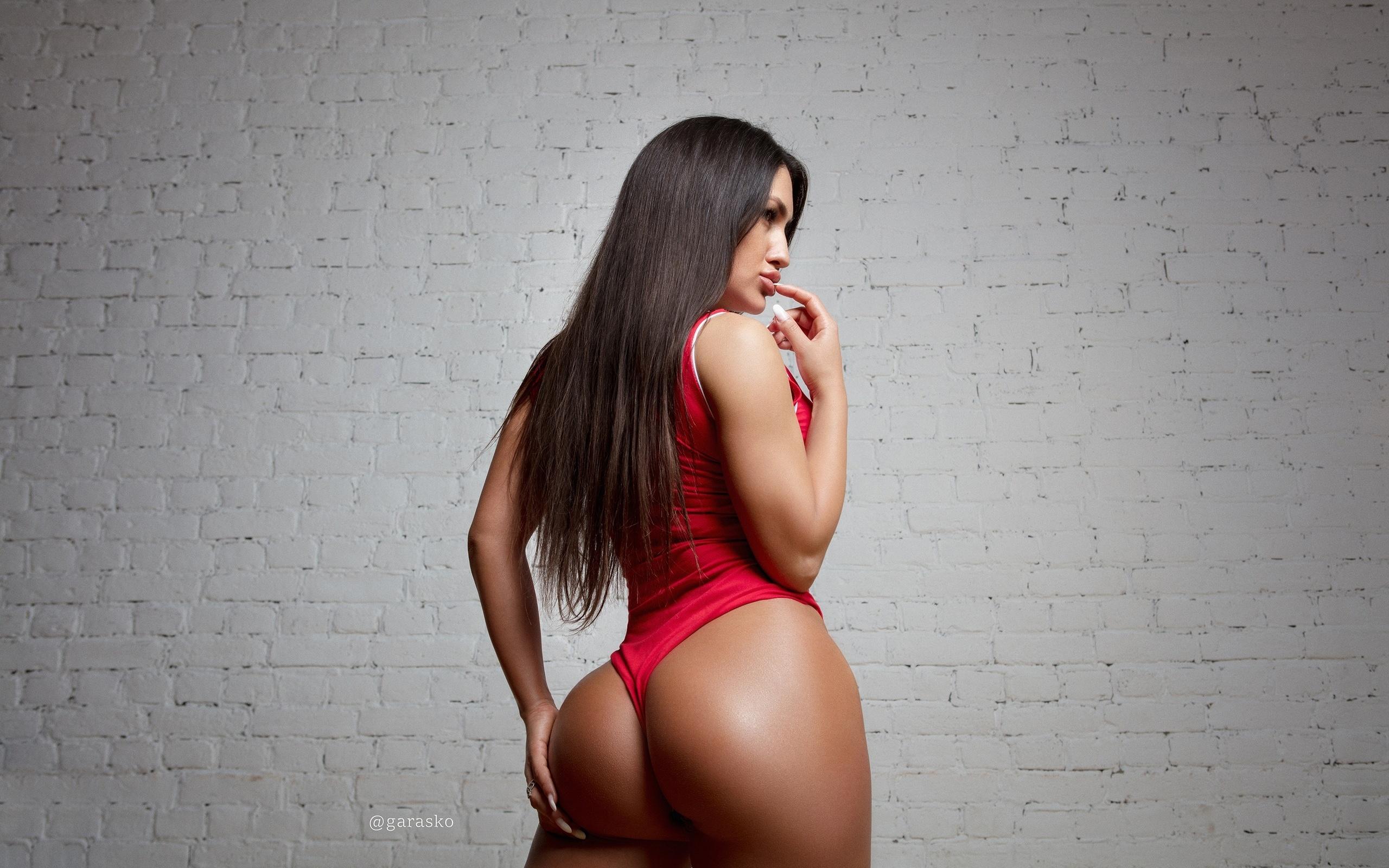 women, pavel garasko, tanned, wall, bricks, monokinis, ass, portrait, long hair, chicago bulls, finger on lips, hands on ass, ну и жопа!, жопа, пердень
