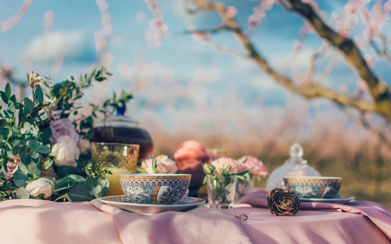 стол, сервировка, чаепитие, чашки, чай, цветы, розы, пейзаж
