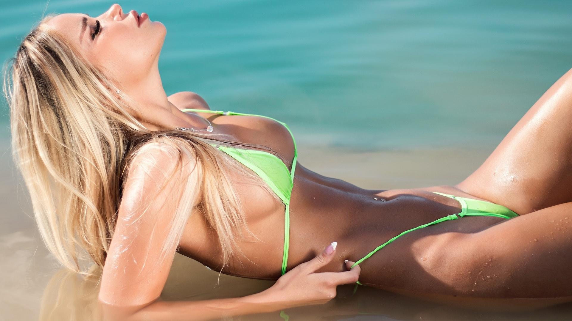 Sunbathing bikini girls pictures — photo 11
