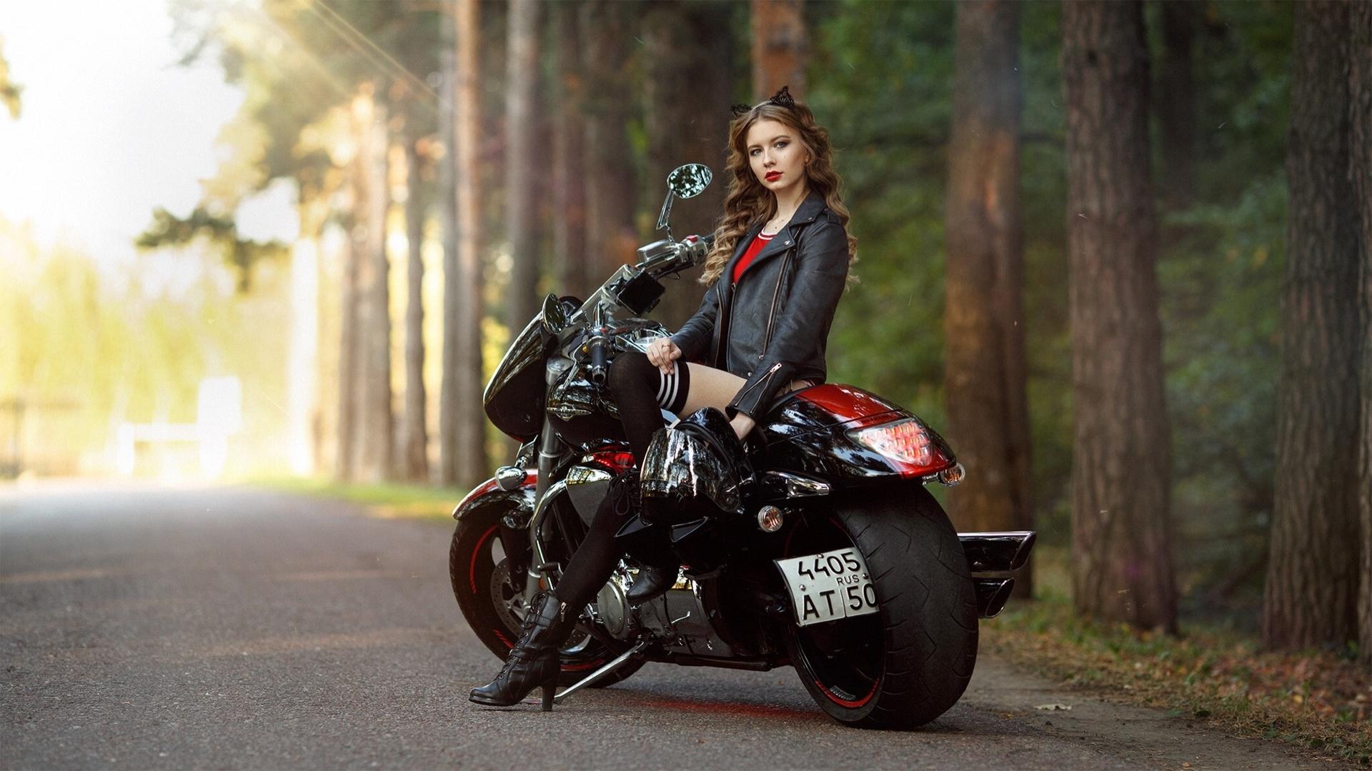 devushki-vozle-mototsikla-foto-devchonka-pokazivaet-svoyu-dirku