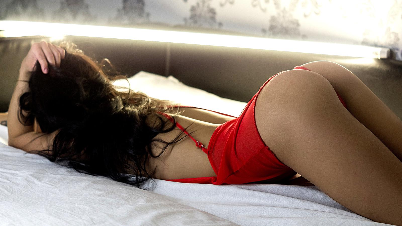 зачем девушки снимает нижнего белья лежа видео провела