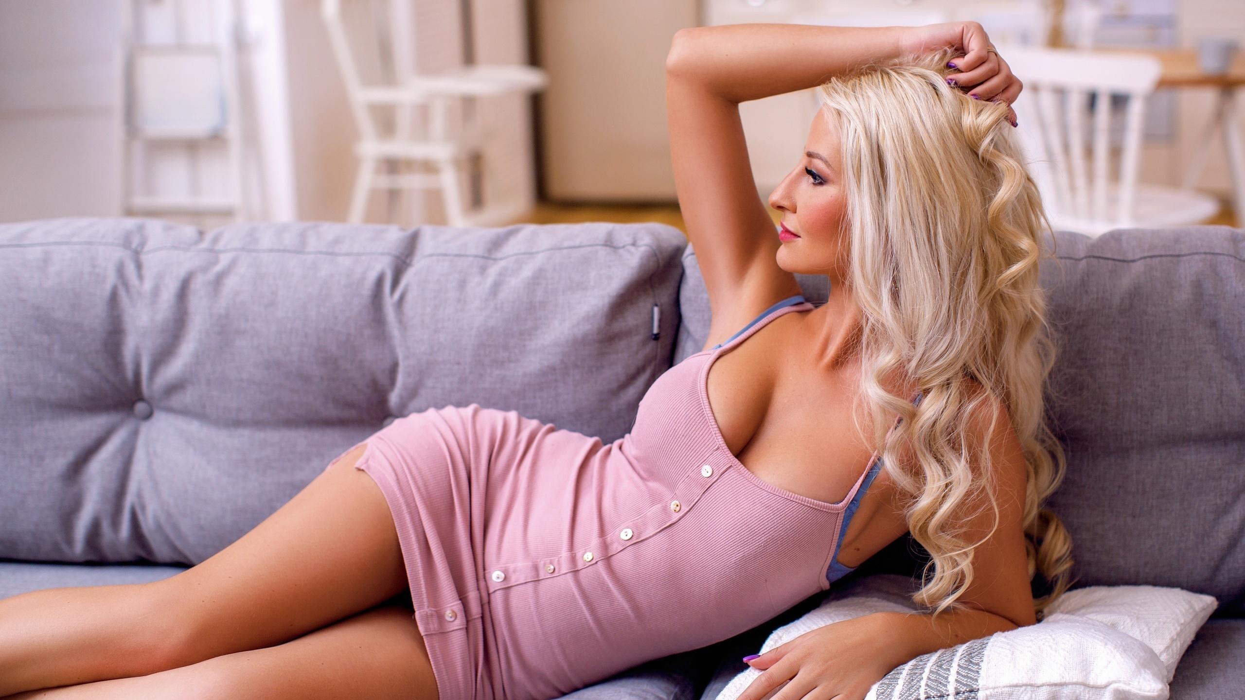 blondinka-na-divane-krupnim-planom