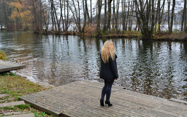 блондинка, мостки, река, деревья, осень, композиция