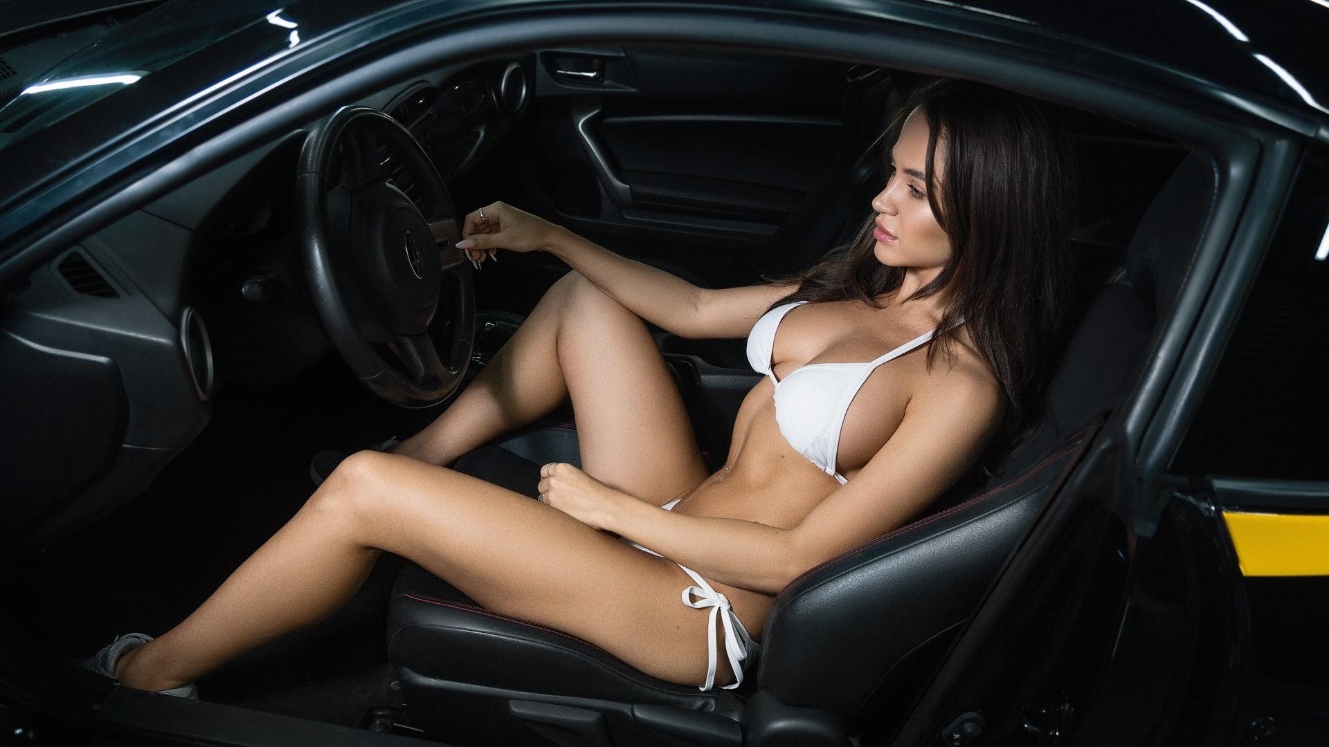 сексуальная брюнетка на шпильке за рулем автомобиля петрович проснулся