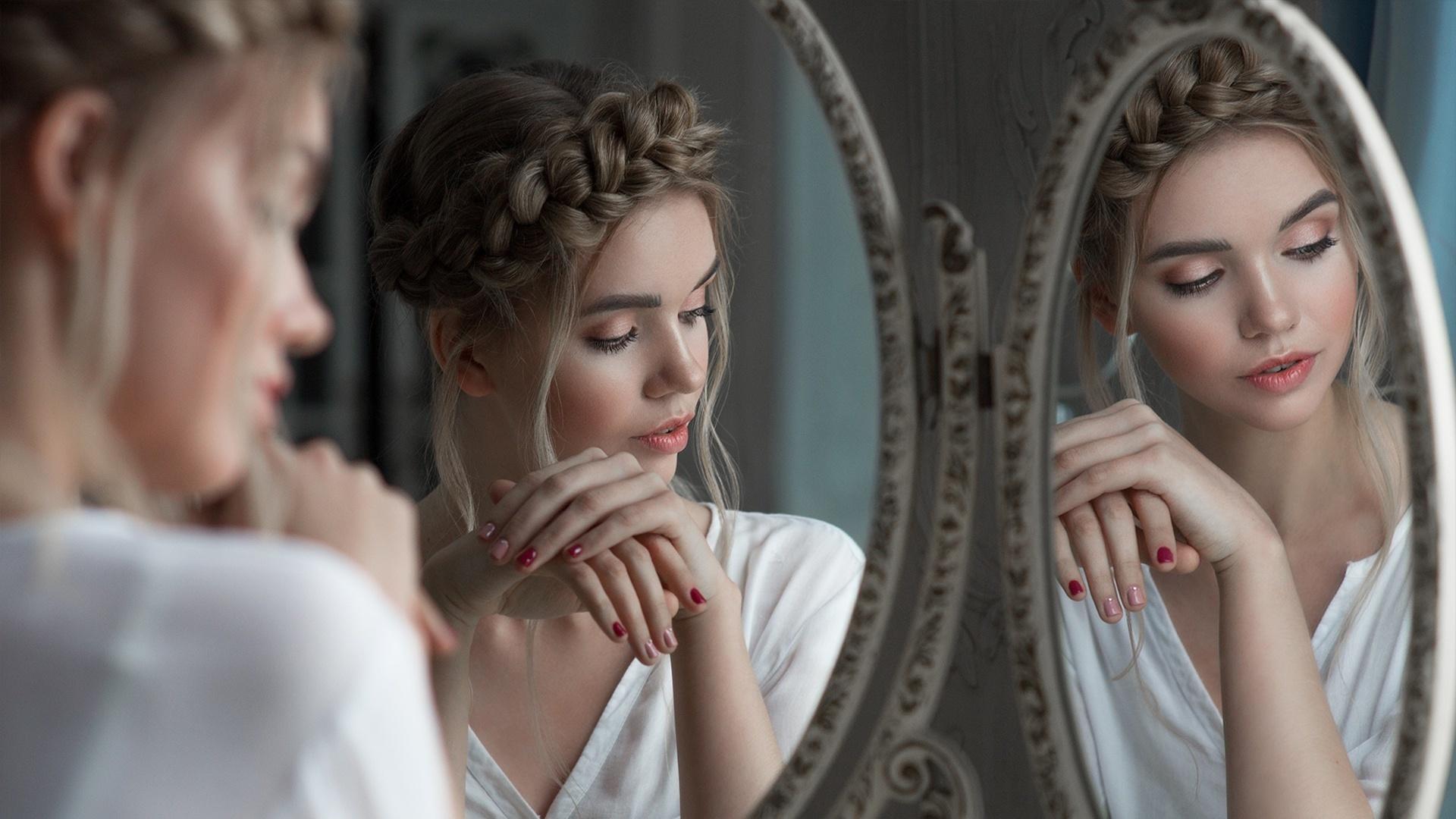 красивая девушка у зеркала понял мое смущение