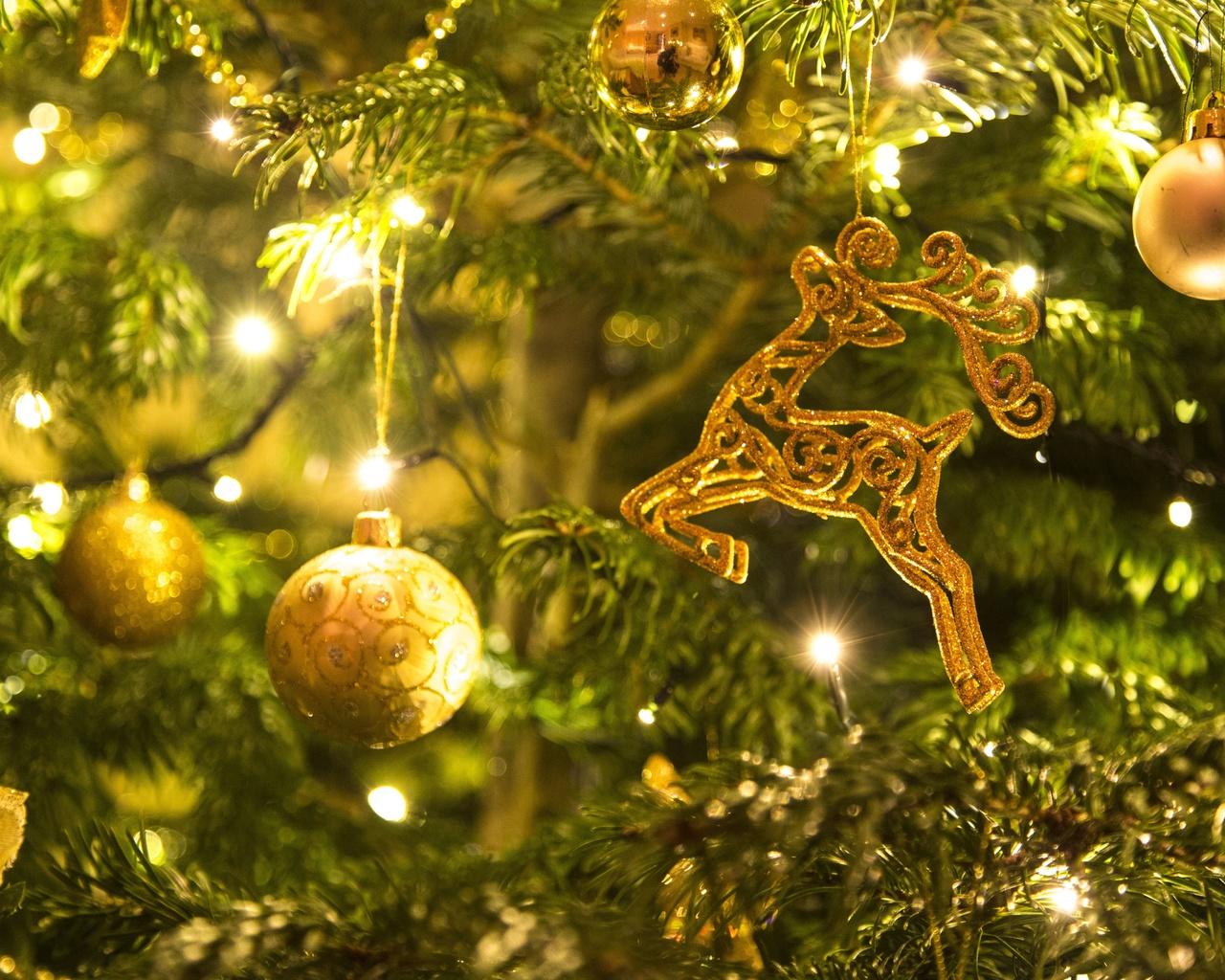 праздник, новый год, рождество, ель, ёлка, хвоя, ветки, игрушки, украшения, шары, олень, гирлянда, лампочки