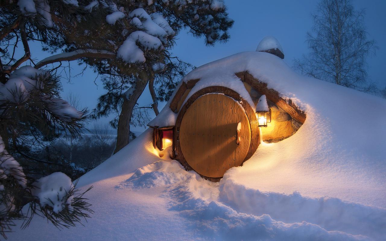 зима, свет, снег, деревья, природа, фонари, сосны, тропинка, жилище, хоббит, andrey chabrov, землянка