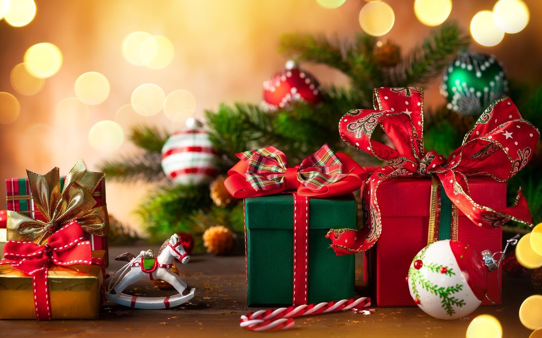 праздники, новый год, рождество, ветки, хвоя, ель, ёлка, игрушки, шары, лошадка, коробки, подарки, конфета, боке