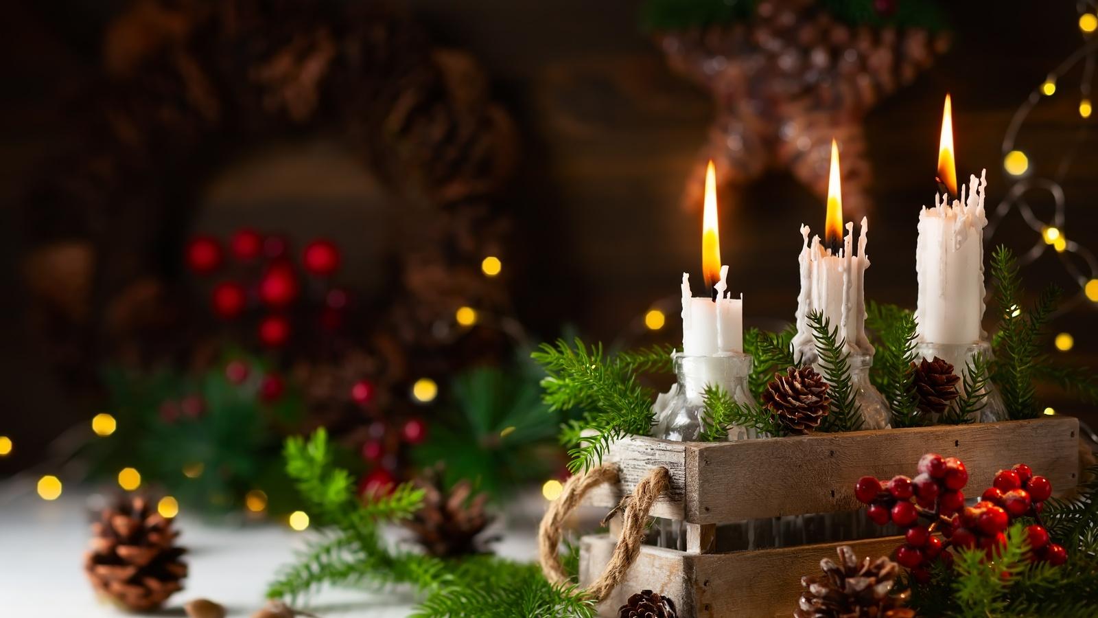 праздник, новый год, рождество, декорация, ящик, свечи, шишки, ветки, ёлка, хвоя, ягоды, боке, лампочки, гирлянда, композиция