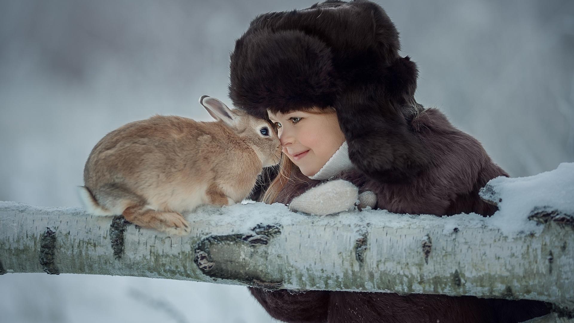 ребёнок, девочка, животное, кролик, ствол, дерево, природа, зима, юлия кубар