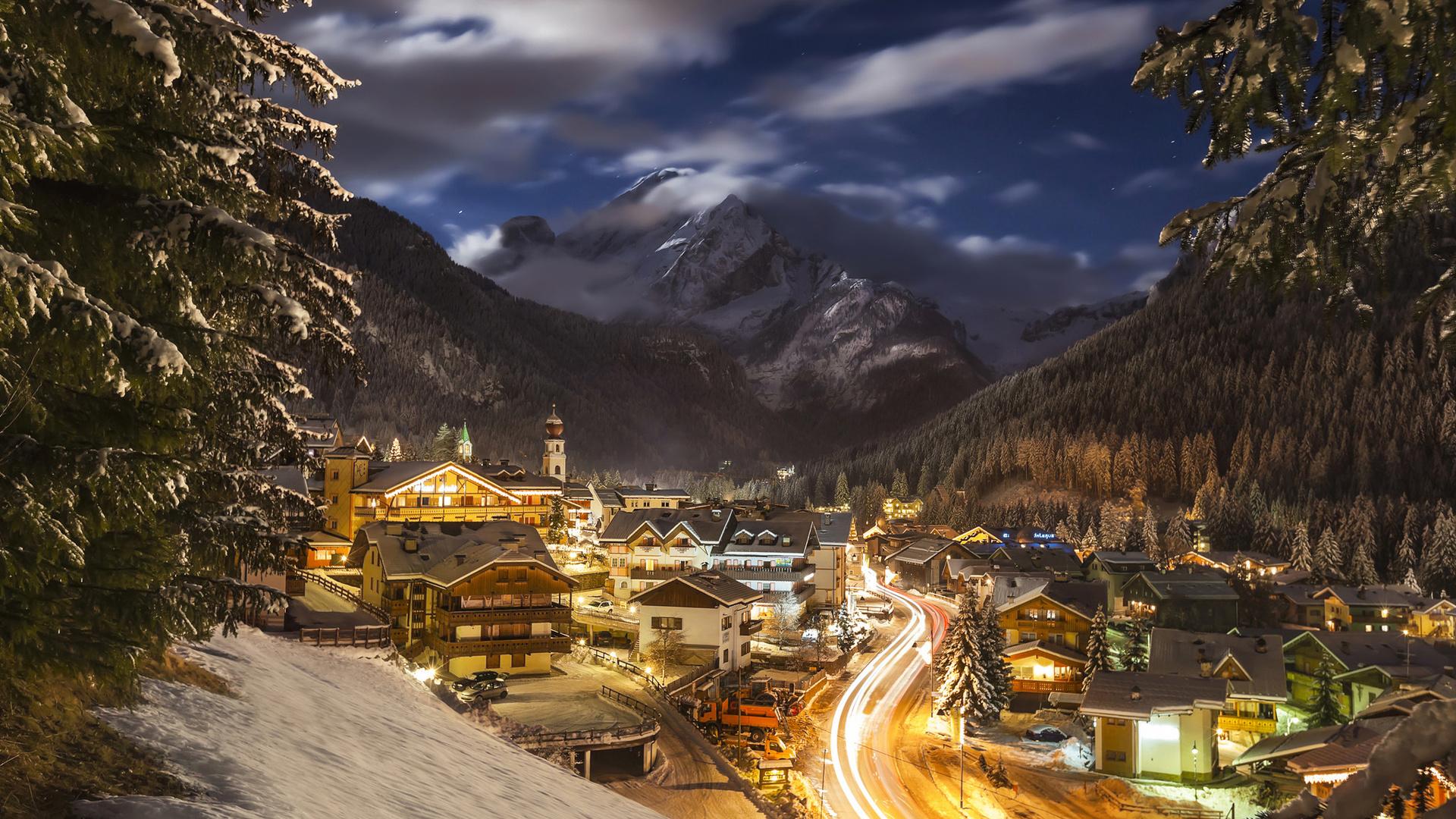 дорога, облака, пейзаж, горы, природа, дома, вечер, ели, освещение, италия, курорт, леса, andrey chabrov, долмиты, доломиты