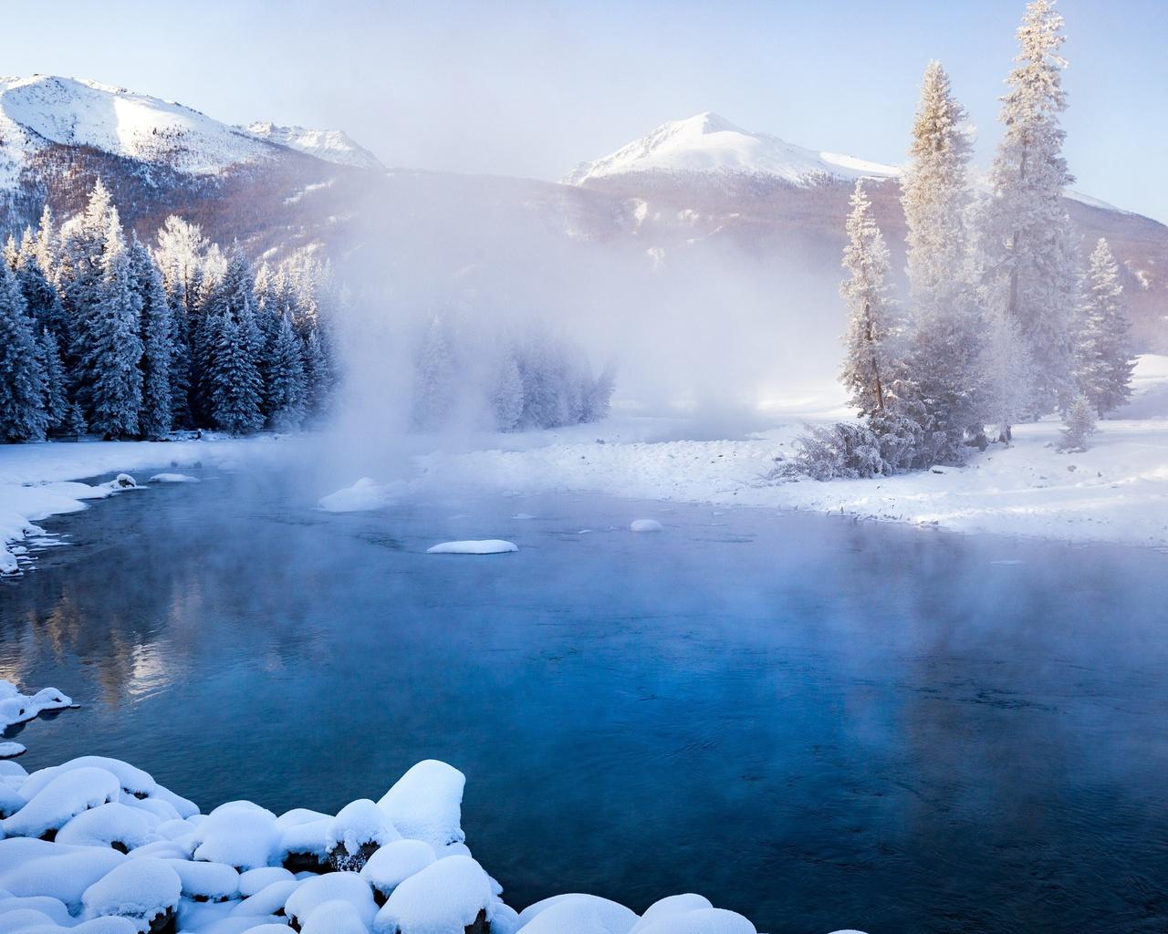 природа, пейзаж, горы, деревья, ели, лес, озеро, снег, пар, туман