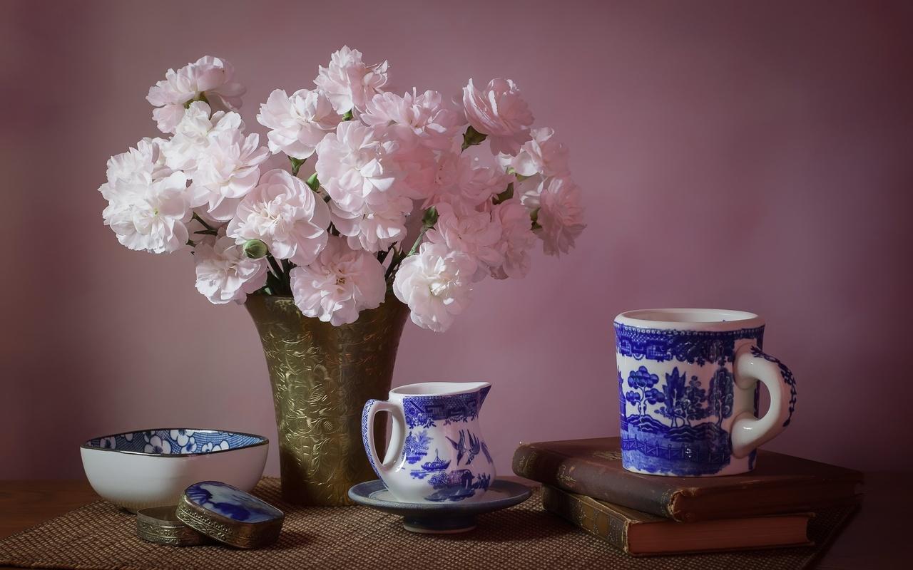 столик, ткань, ваза, цветы, гвоздики, книги, посуда, чаепитие, шкатулка