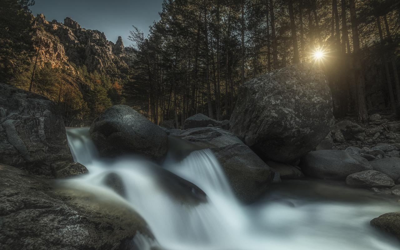 природа, пейзаж, горы, камни, валуны, река, водопад, деревья, солнце, лучи