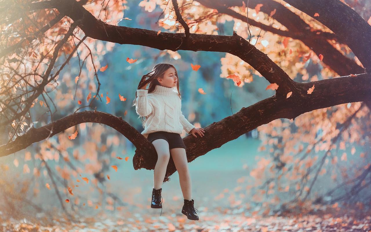 julia voinich, юлия войнич, ребёнок, девочка, шорты, свитер, ботинки, природа, осень, дерево, ветки, листья