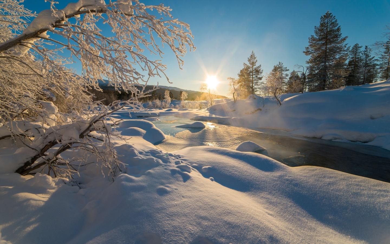 пейзаж, природа, зима, лес, небо, солнце, лучи, снег, деревья, ручей, река, берега, сугробы