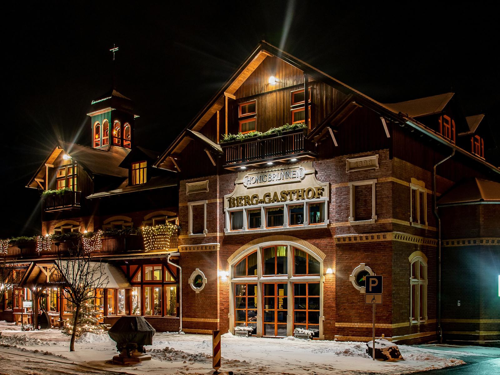 германия, зима, дом, gasthof honigbrunnen loebau, ночь, дизайн, уличные фонари, отель, город