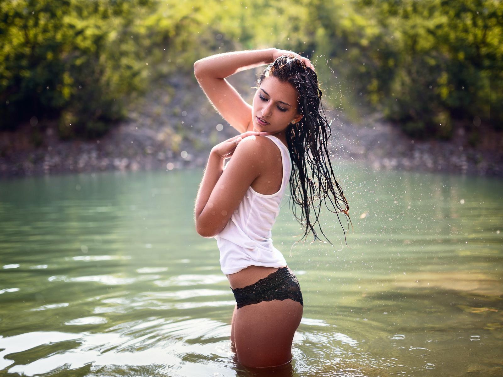 девушка, брюнетка, майка, трусики, мокрая, природа, лето, вода, водоём, брызги, milan r