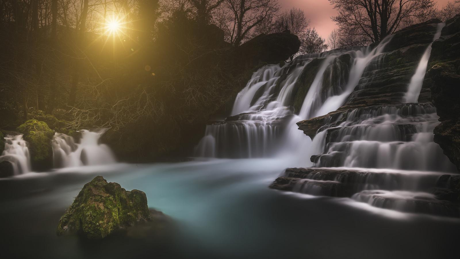 природа, пейзаж, камни, скалы, водопад, деревья, солнце, лучи