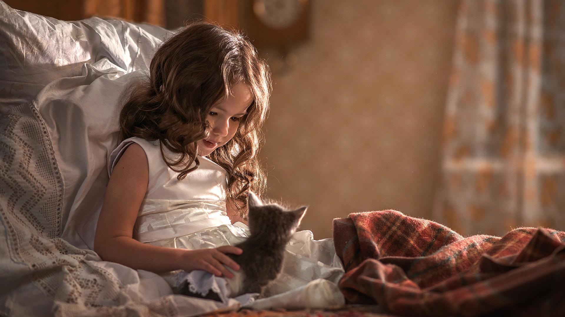 елена миронова, ребёнок, девочка, платье, локоны, кровать, подушка, плед, комната, животное, котёнок, детёныш