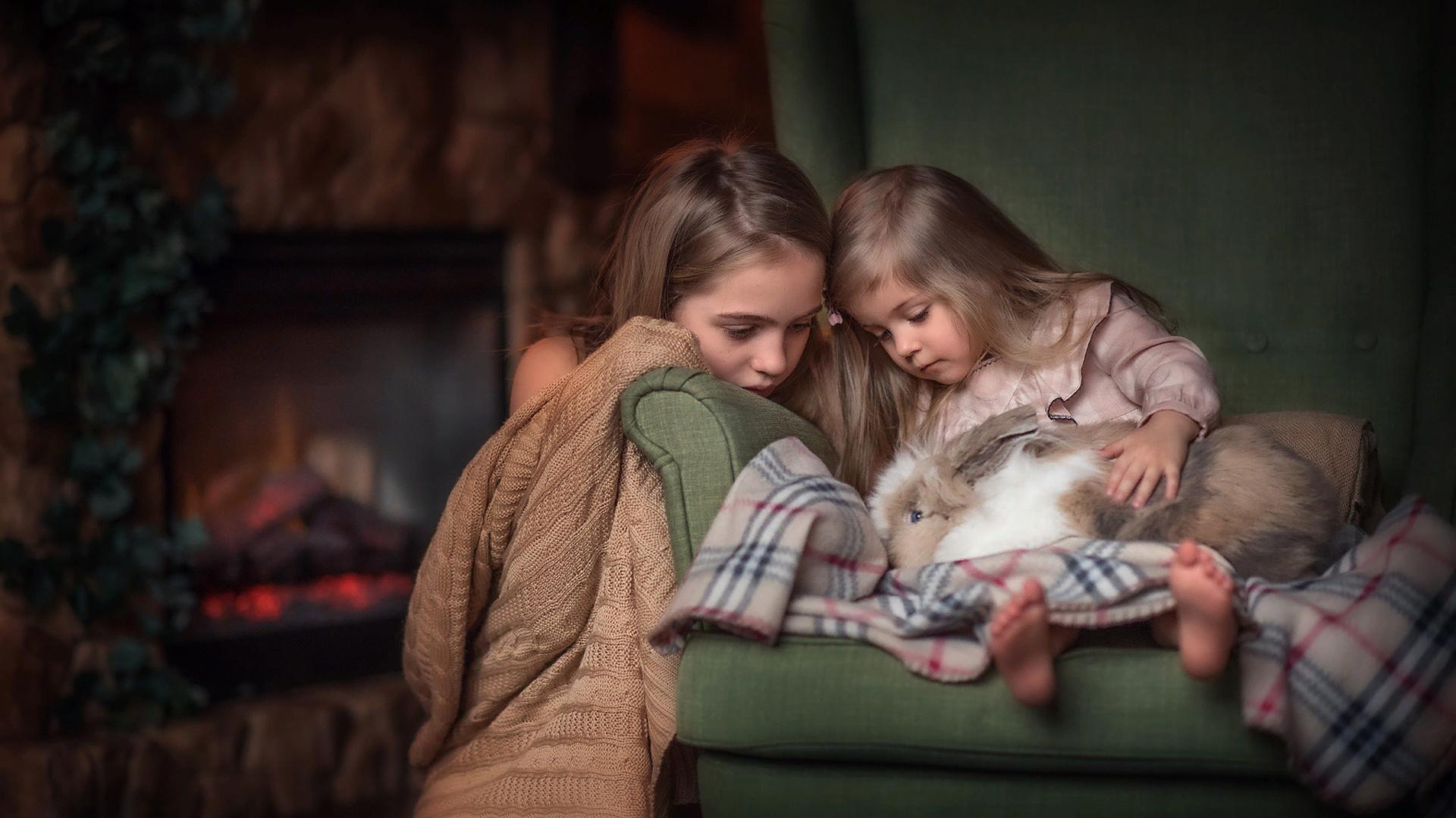юлия таратынова, дети, девочки, комната, кресло, камин, плед, животное, кролик, питомец