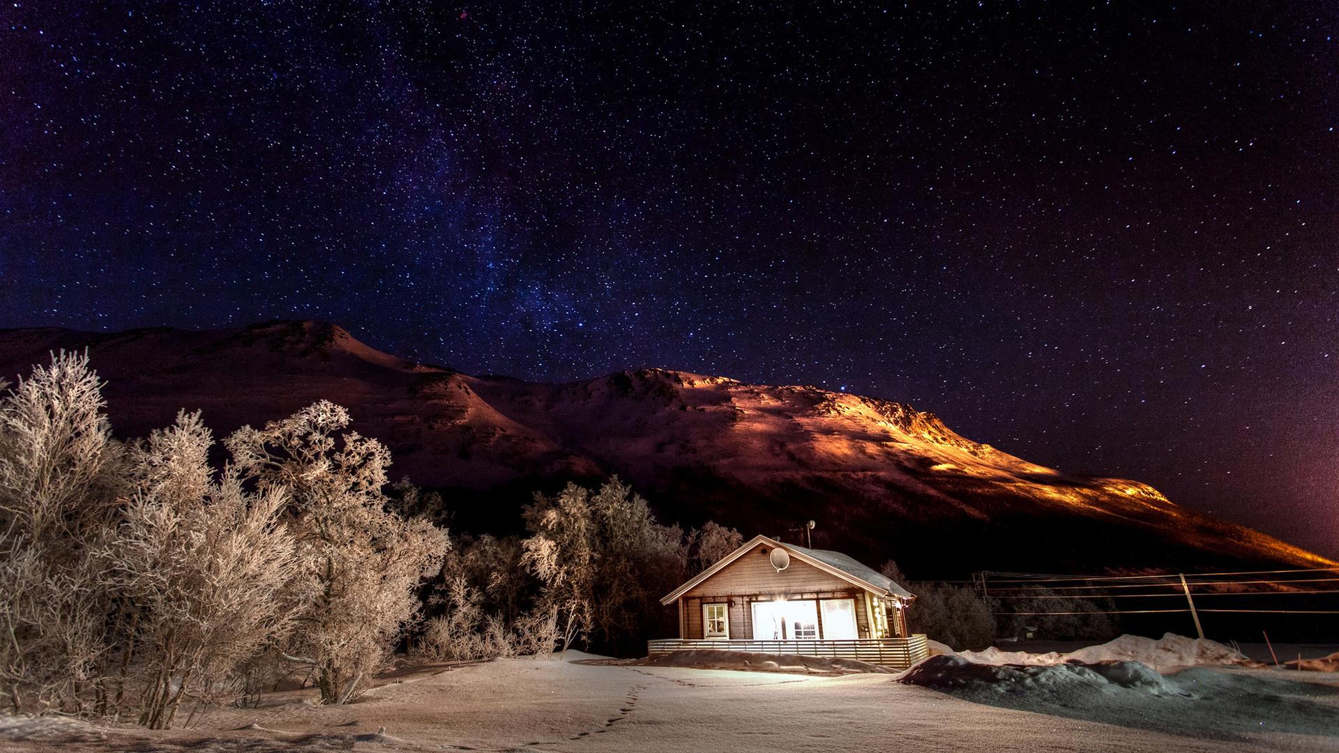 природа, пейзаж, горы, деревья, дом, коттедж, зима, снег, ночь, небо, звёзды