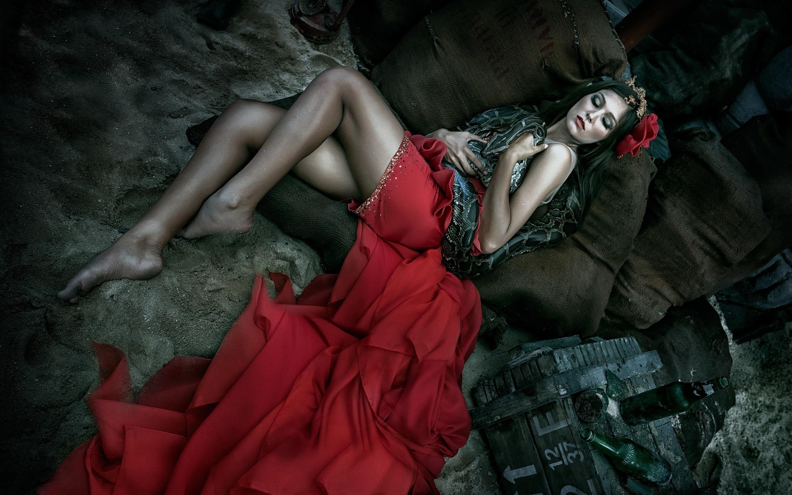 спящая девушка, змея