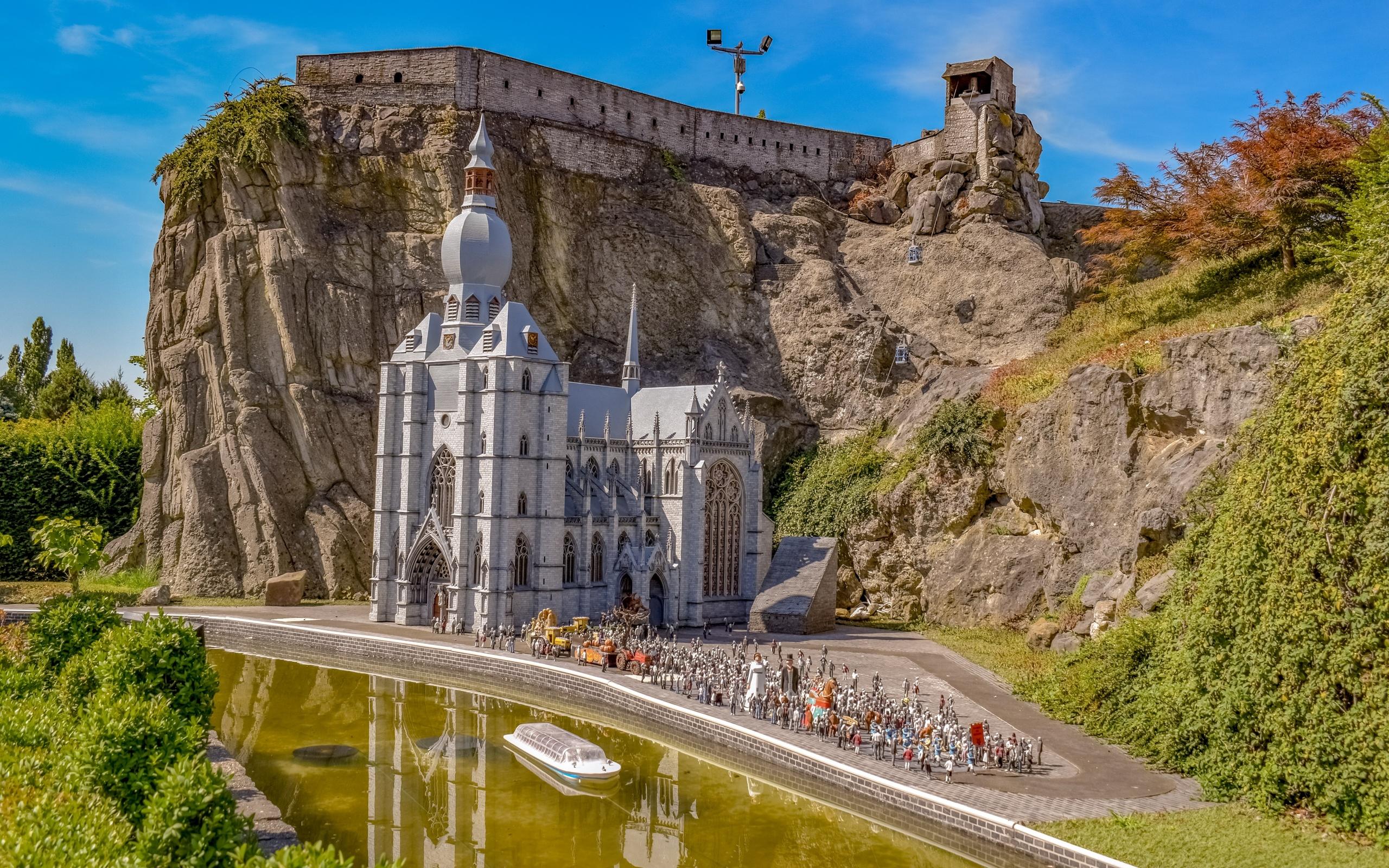 скала, церковь, люди, парк миниатюр
