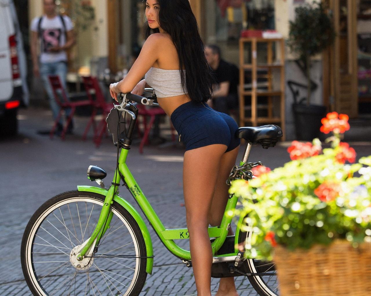 aleksandr mavrin, проф фото, попка, ножки, шорты, брюнетка, велосипед