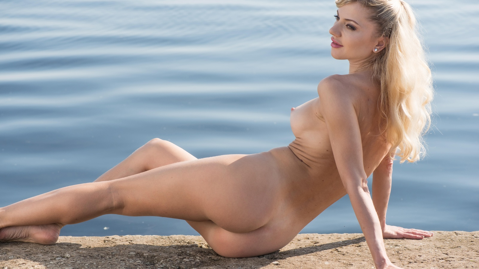 nude-blondes-in-water-hottest-asian-self-photo