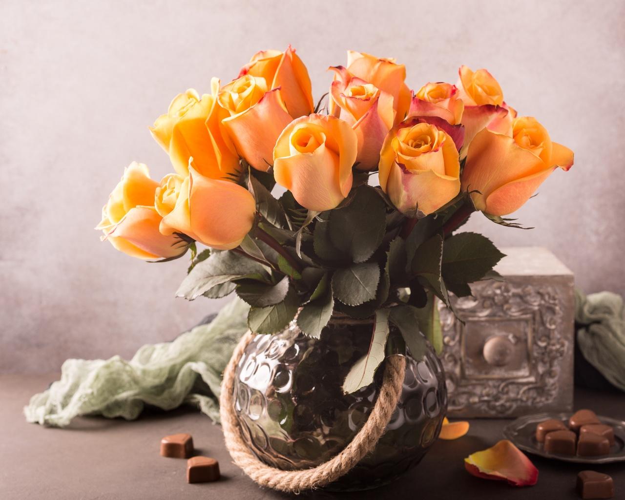 ваза, букет, цветы, розы, ткань, шарф, блюдце, конфеты, лепестки