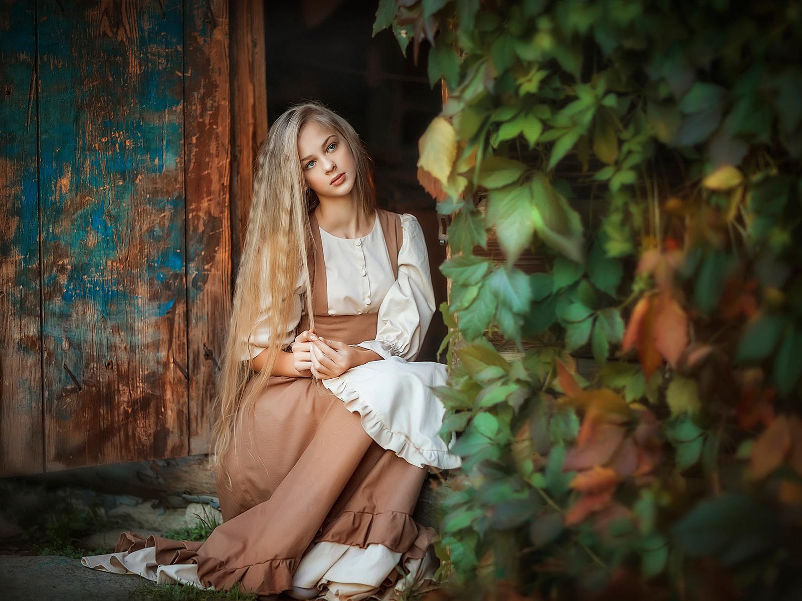 irina nedyalkova, девушка, блондинка, взгляд, блузка, сарафан, дверь, порог, плющ, листья
